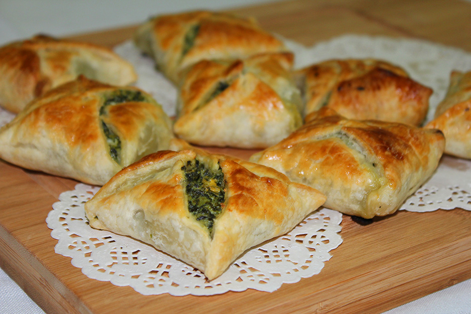 Easy peasy nibble – spinach feta in puff pastry dough ...