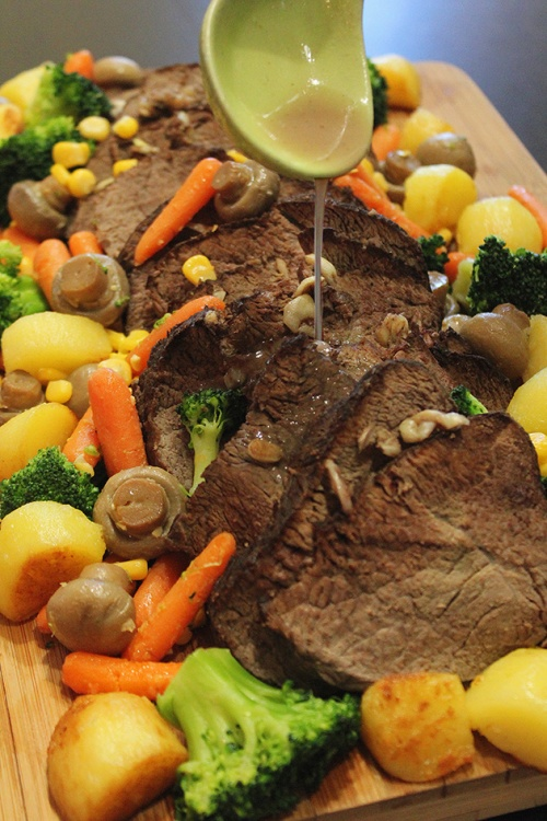 rôti de boeuf (roast beef) with vegetables and gravy