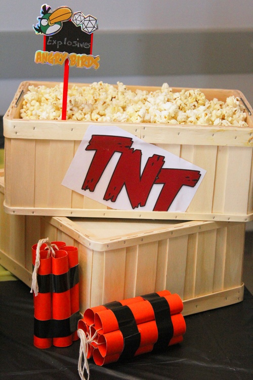 angry-birds-birthday-party-pop-corn-tnt-explosivesmarmite-et-ponpon